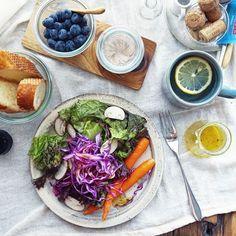 週末デトックス。 生野菜をたんまりいただきます。 ドレッシングは手作り。もはや半年くらい市販の物は買ってないよ。  #food #love #朝食 #ヘルシー #週末 #デトックス #サラダ #ブルーベリー #ドレッシング #手作り #生野菜 #tasty #寺田昭洋