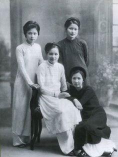 [Hanoi, under French colonialism] The 4 most beautiful women of Hanoi Ancient Town in 1930s: cô Phượng Hàng Ngang, cô Síu Cột Cờ, cô Nga Hàng Gai, cô Bính Hàng Đẫy