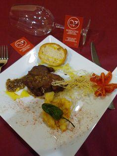 El Viñedo en Yecla, Murcia. Tapa: Carrillera de Ternera con salsa al vino tinto D.O. y pan de cristal|De Martes a Viernes 20:00h. a 00:00h. Sábados y Domingo 12.00h. a 14:00h. y de 20.00h. a 00.00h. Tapas, Murcia, Mexican, Ethnic Recipes, Food, Gastronomia, Beef, Dishes, Friday