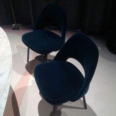 Knoll Internationals Saarinen Side Chair gibt es jetzt auch mit blauem Samtbezug