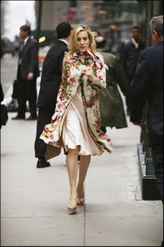 Love the tapestry print coat and chic little scarf - SJP as Carrie Bradshaw in Sex & The City Estilo Carrie Bradshaw, Carrie Bradshaw Outfits, Vestido Calvin Klein, Calvin Klein Dress, City Style, Her Style, The Dress, Silk Dress, Look Fashion