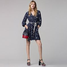 This silk dress is a part of an exclusive capsule collection designed by Gigi Hadid and Tommy Hilfiger. It is detailed with nautical motifs and Love Tommy hearts. Vestido Tommy Hilfiger, Tommy Hilfiger Looks, Gigi Hadid Tommy Hilfiger, Star Fashion, Fashion Models, Style Gigi Hadid, Estilo Navy, Fall Inspiration, Outfit Designer