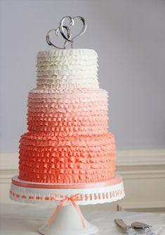Ombre Hochzeitstorte, mehrstöckig in pastelligen Farben mit krönenden Herzen