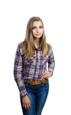1817d382f5 Stock Photo. Joven mujer rubia en pantalones vaqueros y una camisa a  cuadros de pie sobre un fondo blanco Estudiante espera