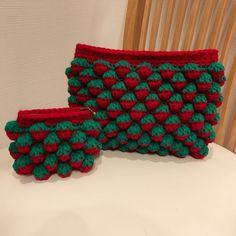 バッグとかブランケットなどの大物中物が続いたので、今回は小物をご紹介します😆苺ちゃんポーチ🍓を編みました。複雑な編み方に見えますが、とても簡単です😋ポーチなのであっという間にできます❗️使うものは毎度お馴染み、ダイソーのアクリルヤーンの赤と緑です。かぎ針は7号を使ってます。編み図読める人はこれで分かるかな?●◯を別に描いてます。まずは作り目の鎖編み13目を編みます。両端で一目ずつ増やして28目細編みします。立ち上がりの鎖を編んで細編み1回。次の目に長編みを5回編みます。そうしたら細編み3回編みます。長編み5回、細編み3回これを繰り返します。ひとつの目に長編みを5回編むのですが、だんだん長編みの足が伸びてきてしまうので、伸びないように糸を引きながら編むと綺麗になります。イメージでいうと扇を編む感じでしょうか。一周...いちごのポーチ。