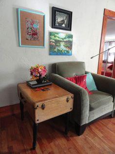 una mesa con una maleta, especial!