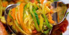 Vă prezentăm o rețetă de dovlecei în stil coreean. Aceștia se prepară foarte simplu, din cele mai accesibile ingrediente. În doar câteva ore obțineți o salată delicioasă de legume, deosebit de aromată și suculentă, ce va fi perfectă atât pentru cina de familie, cât și pentru masa de sărbătoare. Dovleceii în stil coreean cu siguranță vor deveni vedete la cina de Revelion. INGREDIENTE 2.5 kg de dovlecei noi 500 g de ceapă 5 ardei grași 500 g de morcov 200 g de usturoi verdeață…