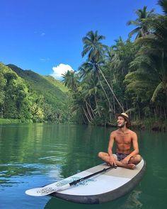 WEBSTA @ universelifestyle - As Filipinas está aí para nos provar que nem todo paraíso é azul! 💚 O @caiotravels está na Ilha de Bohol e fez um passeio de 8km pelo Rio Lomboc, de SUP  com destino a duas cachoeiras. Com todo esse visual, é difícil ficar cansado, né? 🌴•Photo by @caiotravels____________________________•Use #universelifestyle