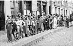 Pequenos jornaleiros reunidos em fila em frente ao Diario da Tarde, na Rua Dr. Murici, esperando a saída do jornal. Esses meninos eram filhos de famílias humildes e seu trabalho ajudava o sustento da casa. Note-se a maioria com os pés descalços. Foto de 1939.