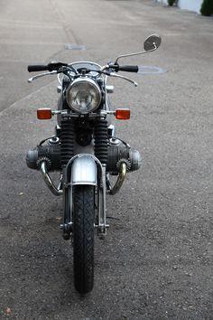 """Details Modell: BMW R 75/5 Baujahr: 1970 Fahrgestellnummer: 2972844 Leistung: 50 PS Allgemein: Die """"Strich-Fünf""""-Baureihe löste die """"Vollschwingen-BMW"""" ab. Sie war für BMW eine vollständige Neuentwicklung. Der Rahmen war den Norton-Federbettrahmen nachempfunden. Auch die Motoren waren Neukonstruktionen mit Gleitlagerung der Kurbelwelle statt Rollenlagerung der Vorgänger. Bei dem angebotenen Modell handelt es sich um die erste Serie. Das Fahrzeug wurde bei BMW-Spezialist Hartl in Bad Tölz…"""