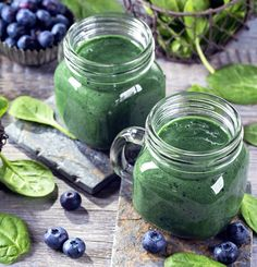 Reduce stress, boost energy and heal inflammation with a healthy morning routine and one of these easy, delicious, anti-inflammatory breakfast recipes. 4 easy, healthy vegan recipes plus plenty of more ideas for no-recipe needed creations. Smoothie Detox, Smoothie Vert, Healthy Smoothie, Smoothie Recipes, Vegan Recipes Easy, Real Food Recipes, Super Green Smoothie, Green Smoothies, Spirulina