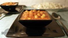 Jedno z najbardziej popularnych dań typu curry, które możesz spotkać w prawie każdej indyjskiej restauracji. Przygotowane z powszechnie dostępnych i prostych składników, jednak mieszanka przypraw sprawia, że jest bardzo aromatyczne. Blendując ciecierzycę z pomidorami sprawisz, że sos będzie gęstszy i bardziej kremowy. Jeśli chcesz (i uda Ci się) znaleźć w sklepie mieszankę Garam Masala, możesz nią spokojnie zastąpić przyprawy wymienione w składnikach.