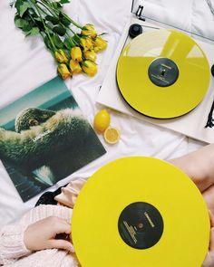 lemonade / yellow vinyl / queen b / Beyoncé ( Hold up, they don't love you like I love you ? lemonade / yellow vinyl / queen b / Beyoncé Aesthetic Colors, Aesthetic Photo, Aesthetic Yellow, Music Aesthetic, Like I Love You, Colour Board, Queen B, Happy Colors, Mellow Yellow