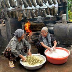 "1st price cat. Food for Celebration at Pink Lady® Food Photographer of the Year 2014 (""Nấu bánh tét mùa xuân"" by Nguyễn Văn Tuấn)"