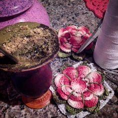BOM DIA!! QUEM AÍ CROCHETA TOMANDO CHIMARRÃO??  #croche #crochetando #crochet #crocheting #crochetaddict #instacrochet #instabeauty #ideias #ideiascriativas #lindo #beautiful #decor #decoração #deus #deusnocomando #vicio #circuloprodutos #semprecirculo #anne #flores #flowers by crochet_net
