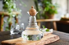 The carafe revitalizes the water, the flower of life on its base further enriches it, and the energy of the olive wood represents the icing on the cake. The olive tree has always been a symbol of fertility, glory and peace. The energy of the tree provides inspiration and helps with communication.