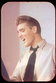 See Elvis Presley pictures, photo shoots, and listen online to the latest music. Elvis Und Priscilla, King Elvis Presley, Elvis Presley Photos, Graceland Elvis, Elvis Presley Family, Rare Elvis Photos, Rare Photos, Funny Photos, Rock And Roll