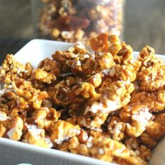 Homemade Caramel Popcorn Recipe - a fun and easy way to get the family in the kitchen. This popcorn recipe is AMAZINGly addicting! Homemade Hot Fudge, Homemade Popcorn, Popcorn Recipes, Fudge Recipes, Snack Recipes, Snacks, Delicious Recipes, Sweet Recipes, Dessert Recipes