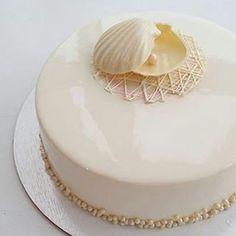 pastryinspirationschool.com @pastry_inspiration @sweetburg: Торт на жемчужную свадьбу ❤️ Я испытываю бесконечное уважение к парам, которые прошли через столько лет вместе... Это же такой труд и терпение 🙈 // 30th wedding anniversary cake