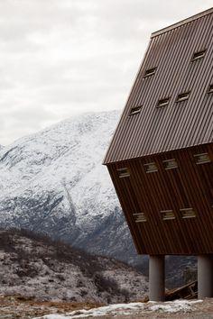 Le studio d'architecture Snøhetta a construit un groupe de chalets en bois surplombant le glacier de Jostedalen en Norvège, afin de remplacer les habitations qui ont été détruites par une tempête.  Situé à Luster dans la partie ouest de la Norvège, sur un petit plateau surplombant le magnifique glacier de Jostedalen, le complexe Tungestølen comprend une constellation de chalets touristiques conçus par Snøhetta pour Luster Turlag, une branche locale de l'Association nationale norvégienne… Old Cabins, Wooden Cabins, Contemporary Architecture, Architecture Design, Wooden Cladding, Timber Cabin, Timber Walls, Keep The Lights On, Open Fireplace