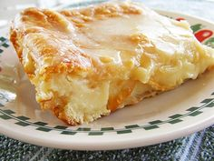 Sounds easy and yummy! Easy Cheese Danish - Ingredients: 2 cans ready to use refrigerated crescent rolls 2 packages cream cheese 1 cup sugar 1 teaspoon vanilla extract 1 egg 1 egg white Glaze: cup powdered sugar 2 Tablespoons milk teaspoon vanilla extract Breakfast Cheese Danish, Breakfast Desayunos, Breakfast Recipes, Breakfast Croissant, Breakfast Healthy, Homemade Breakfast, Health Breakfast, Breakfast Dishes, Köstliche Desserts