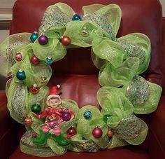 Decorating elf wreath @ja.decorandmore