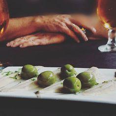 Unas olivas al fresco? #delimoments y un cervecita también Fresco, Sprouts, Vegetables, Instagram, Food, Ale, Fresh, Essen, Vegetable Recipes