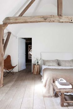 #dormitorios con #parquet www.decorgreen.es  Subtle natural country style bedroom (photo by Romain Ricard)