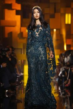 A look from the Elie Saab Fall 2015 Couture collection. Live Fashion, Fashion Show, Fashion News, Style Fashion, Beautiful Long Dresses, Couture 2015, Elie Saab Fall, Elie Saab Couture, Designer Gowns