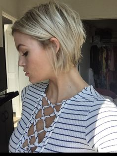 Short choppy blonde bob IG: @krissafowles Short Hair Cuts, Short Hair Styles, Pixie Cuts, Blonde Hair Dark Eyes, Medium Hair Styles For Women, Blonder Bob, Haircut And Color, Long Layered Hair, Hair Day