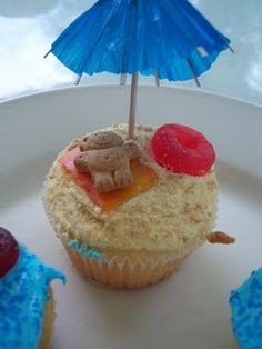 Cute cupcakes…How cute is this? For beach themed party. or summer bbq - Party Ideas Yummy Treats, Delicious Desserts, Sweet Treats, Dessert Recipes, Yummy Food, Picnic Recipes, Baking Desserts, Health Desserts, Beach Cupcakes