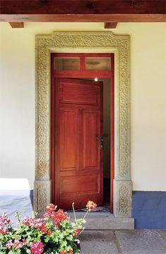 """Do chalupy se vstupuje krásnými kazetovými dveřmi s """"okénky"""" v nadpraží, orámovanými kamenným portálem My Dream Home, Sweet Home, Cottage, House, Furniture, Design, Home Decor, Diy, Ideas"""