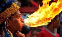 Il magiafuoco che sembra baciare un drago di fiamme