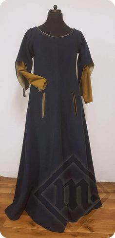 Mid-14th Century Ladies' Sleeved Surcoat