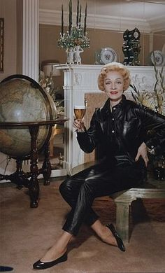 Marlene Dietrich - probably in the early Vintage Vogue, Vintage Hollywood, Hollywood Glamour, Classic Hollywood, Vintage Ladies, Marlene Dietrich, Rita Hayworth, Older Actresses, Divas
