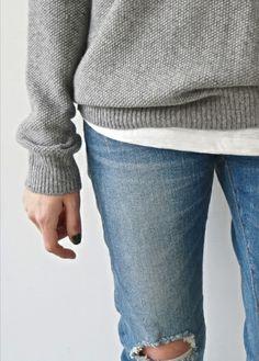 Pull gris texturé + tee-shirt blanc + jean légèrement destroy