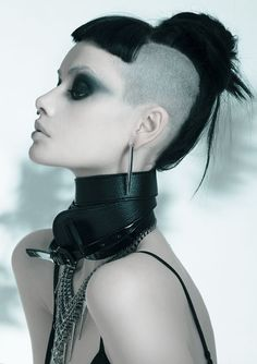 this is how u do goth my loveliezzs....unique plus stylin'... (Carl Keeley photographer / Model: Alice Kelson)