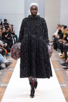 Comme des Garçons Spring 2019 Ready-to-Wear Fashion Show Collection: See the complete Comme des Garçons Spring 2019 Ready-to-Wear collection. Look 11 Catty Noir, Comme Des Garcons, Black Models, Fashion Show, Fashion Trends, Paris Fashion, Contemporary Fashion, Catwalk, Ready To Wear
