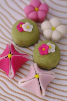 Beautiful spring wagashi desserts, made with mochi. Japanese Treats, Japanese Food, Traditional Japanese, Mochi, Japanese Wagashi, Japon Tokyo, Pastel Cupcakes, Sweet Desserts, Cute Food