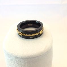 Edelstahlring in schwarz mit goldenem Stahlseil in einer Nute eingesetzt. Rings For Men, Jewelry, Fashion, Fashion Jewelry, Black, Moda, Men Rings, Jewlery, Bijoux