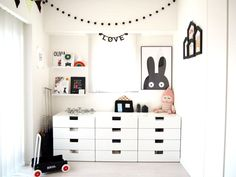 子ども部屋は正方形に近いたった4.5畳のスペース。奥の壁側にLUCKYBOYSUNDAYのドールや、Miniwillaのポスター、ウォールシェルフやガーランド、レターバナーなどをディスプレイし、子ども部屋らしさを出すようにしました。第183回:センスと遊び心を感じる 白黒アートなインテリア|マネしたい!素敵なお部屋紹介|アイリス収納・インテリア ドットコム
