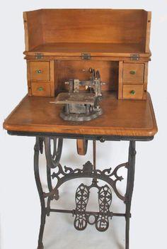 """Proposta d'Anna Sayeras Quera: """"Les màquines de cosir, evolució de la industria del tèxtil molt important a la societat catalana del s.XIX. L'exposició de màquines de cosir del Museu de la Tècnica de l'Empordà de Figueres repassa aquell temps on tot va canviar. La foto és del model Aurora de l'empresa de Terrassa Escuder i Castellà""""."""