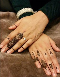 The western world's adaptation of the traditional mehndi is fun. Here are Western Mehndi Designs that will catch your eye for sure Henna Tattoos, Neue Tattoos, Mehndi Tattoo, Finger Tattoos, Henna Finger Tattoo, Mehndi Designs, Henna Tattoo Designs, Finger Henna Designs, Heena Design