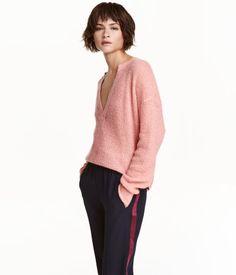 Beigemeliert. Weicher Pullover in lockerem Strick mit Mohairanteil. Modell mit tiefem V-Ausschnitt.