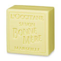 Мыло Bonne Mere Лимон тщательно очищает кожу, делая ее мягкой и шелковистой. Благодаря содержанию эфирного масла лимона, на коже остается яркий цитру