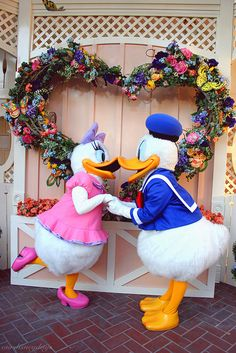 So cute...I love Donald & Daisy