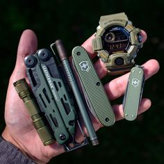 Touch the picture to check out our top list of essential camping gadgets of 2020 ⚔️. The greatest prepping gear, bushcraft camping, and survival shelter ⛏ Survival Gadgets, Edc Gadgets, Survival Tools, Survival Prepping, Survival Hacks, Survival Shelter, Edc Tools, Bushcraft Skills, Bushcraft Knives