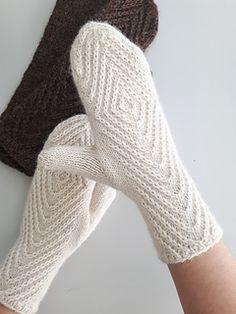 Rhombtwist mittens pattern by Kristina Tyla
