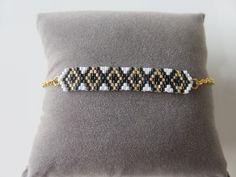 Bracelet losange tissé main en perles Miyuki Delicas 11/0 noir, blanc, doré sur chaînette dorée de la boutique ValiskaCreations sur Etsy