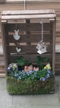 Who is already venturing on the spring decoration in the house? 10 wonderful fresh d Who is already venturing on the spring decoration in the house? 10 wonderful fresh d … Decor Crafts, Home Crafts, Diy And Crafts, Little Cabin, Deco Floral, Spring Crafts, Easter Crafts, Easter Eggs, Crates